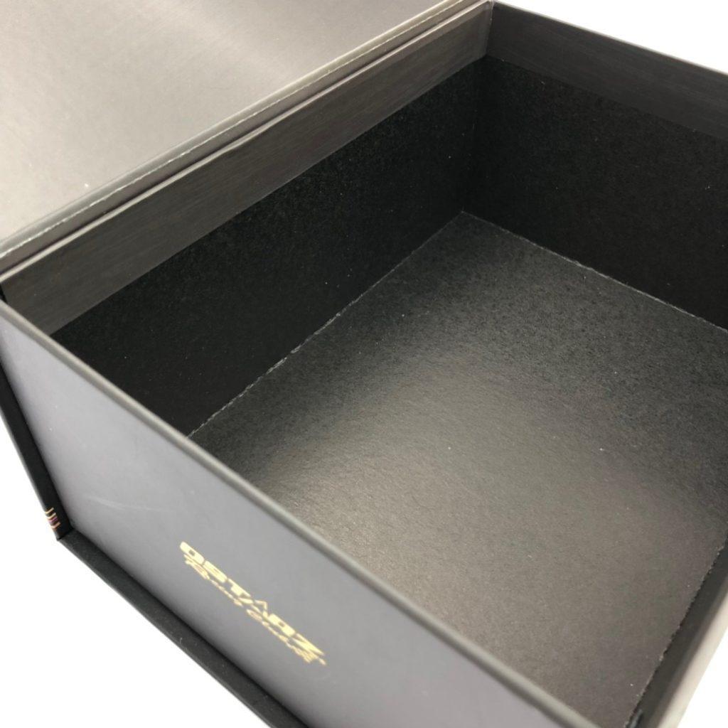 精裝書型盒 內染黑的效果 轉角處會有白色紙蕊毛邊是正常現象