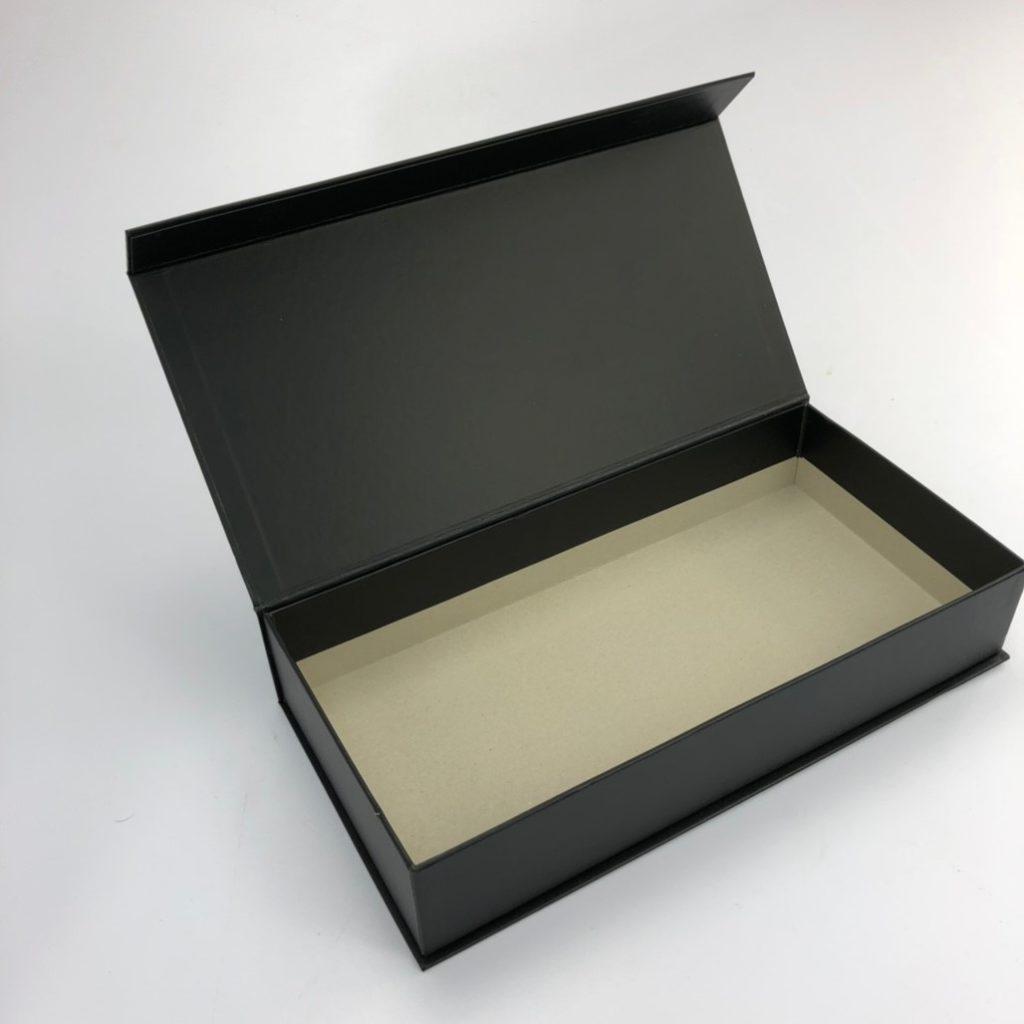 精裝書型盒 外貼彩印紙張內盒不貼紙卡呈現灰紙板表面,加入內襯後可遮蔽住。