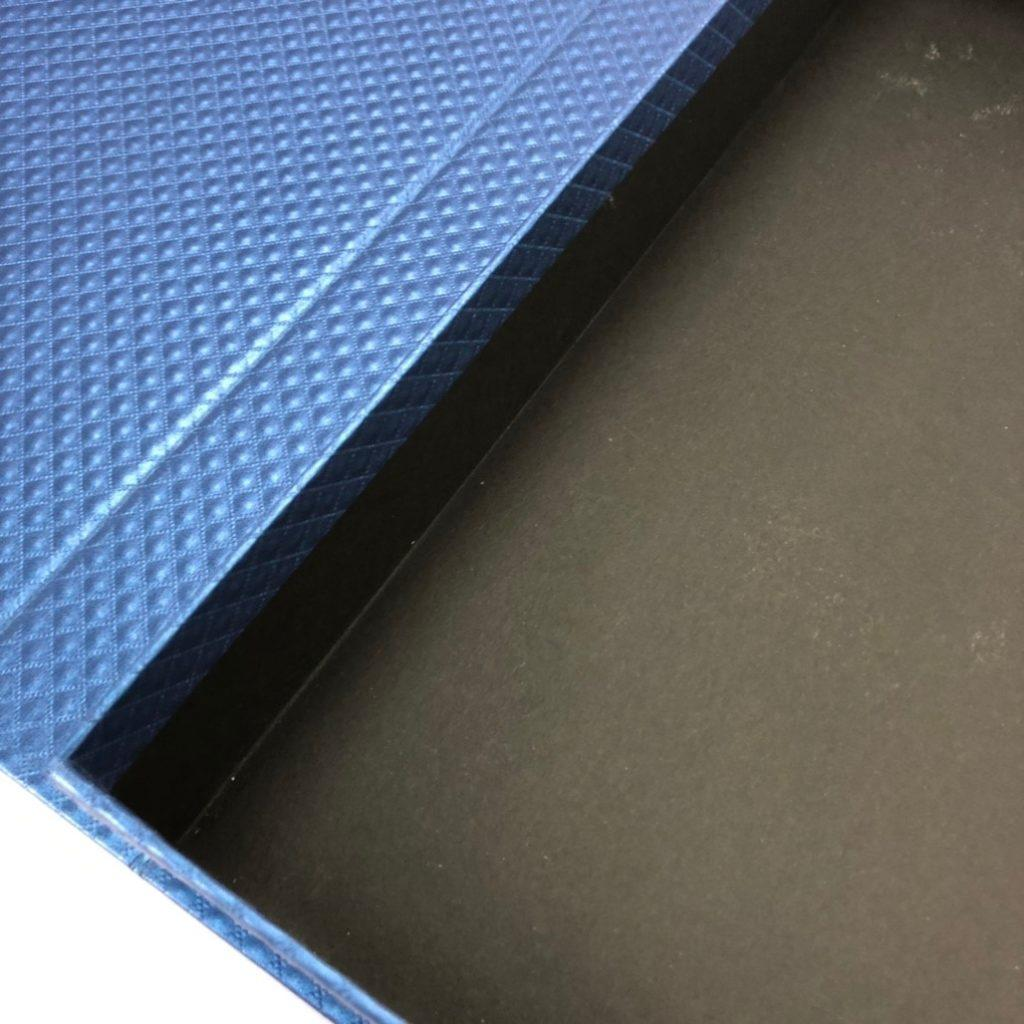 精裝書型盒 外貼美術紙張內盒收邊處反貼高度約在一公分左右